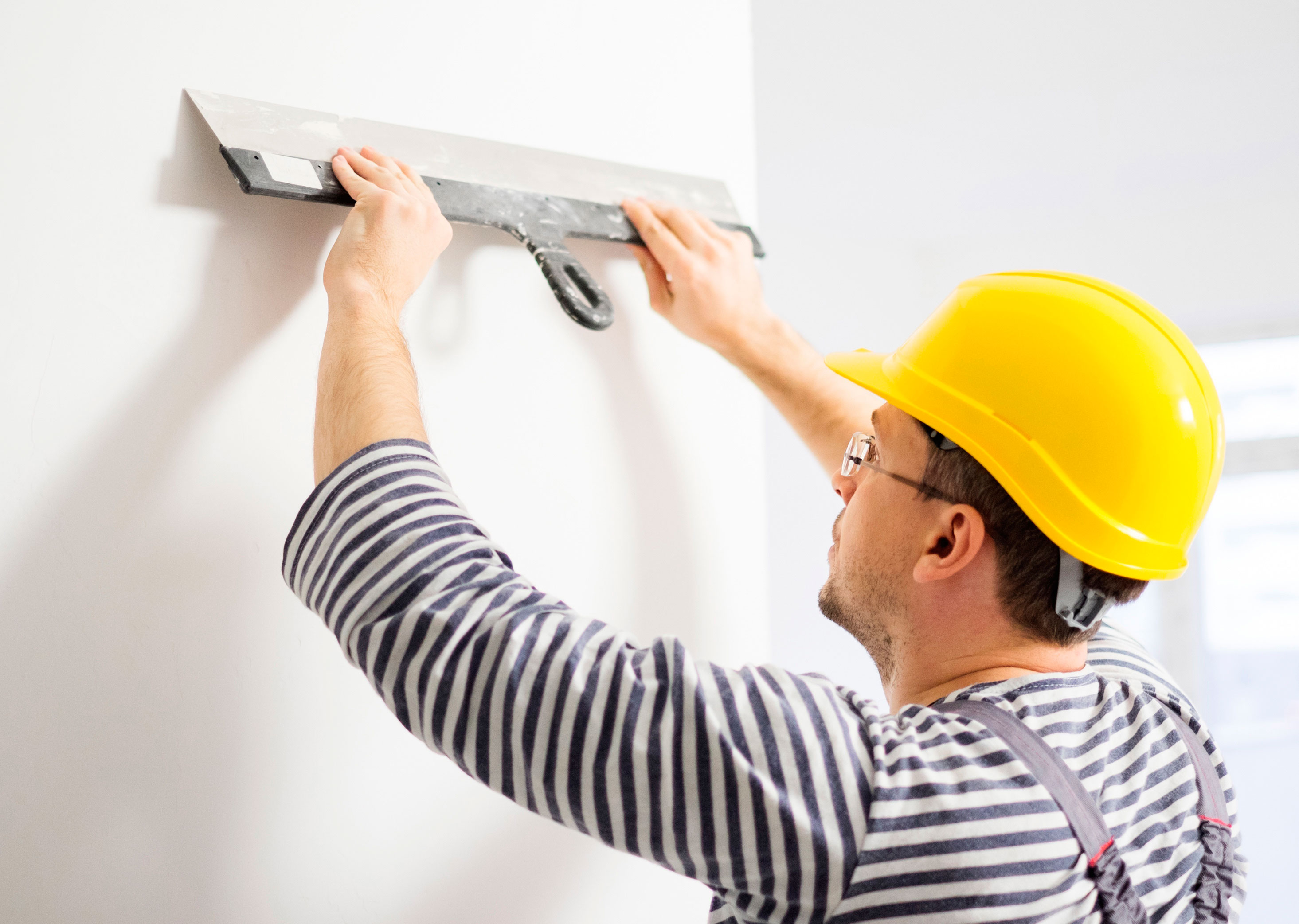 Заделка трещин между стеной и потолком