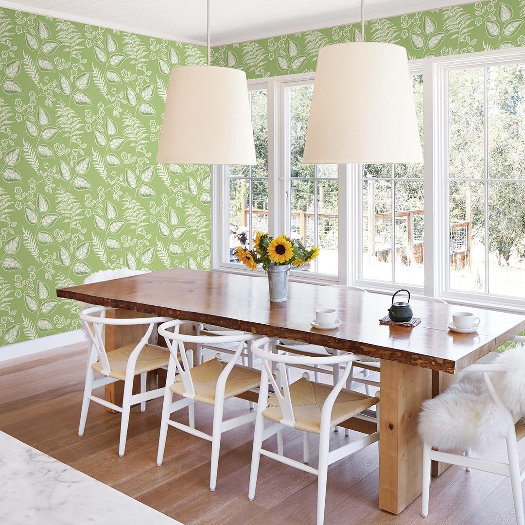 Зеленые обои в столовой