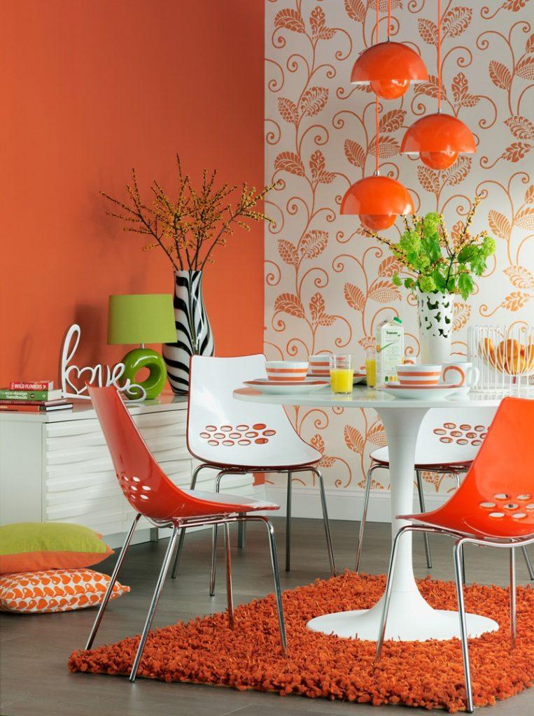 Оранжевые обои в столовой