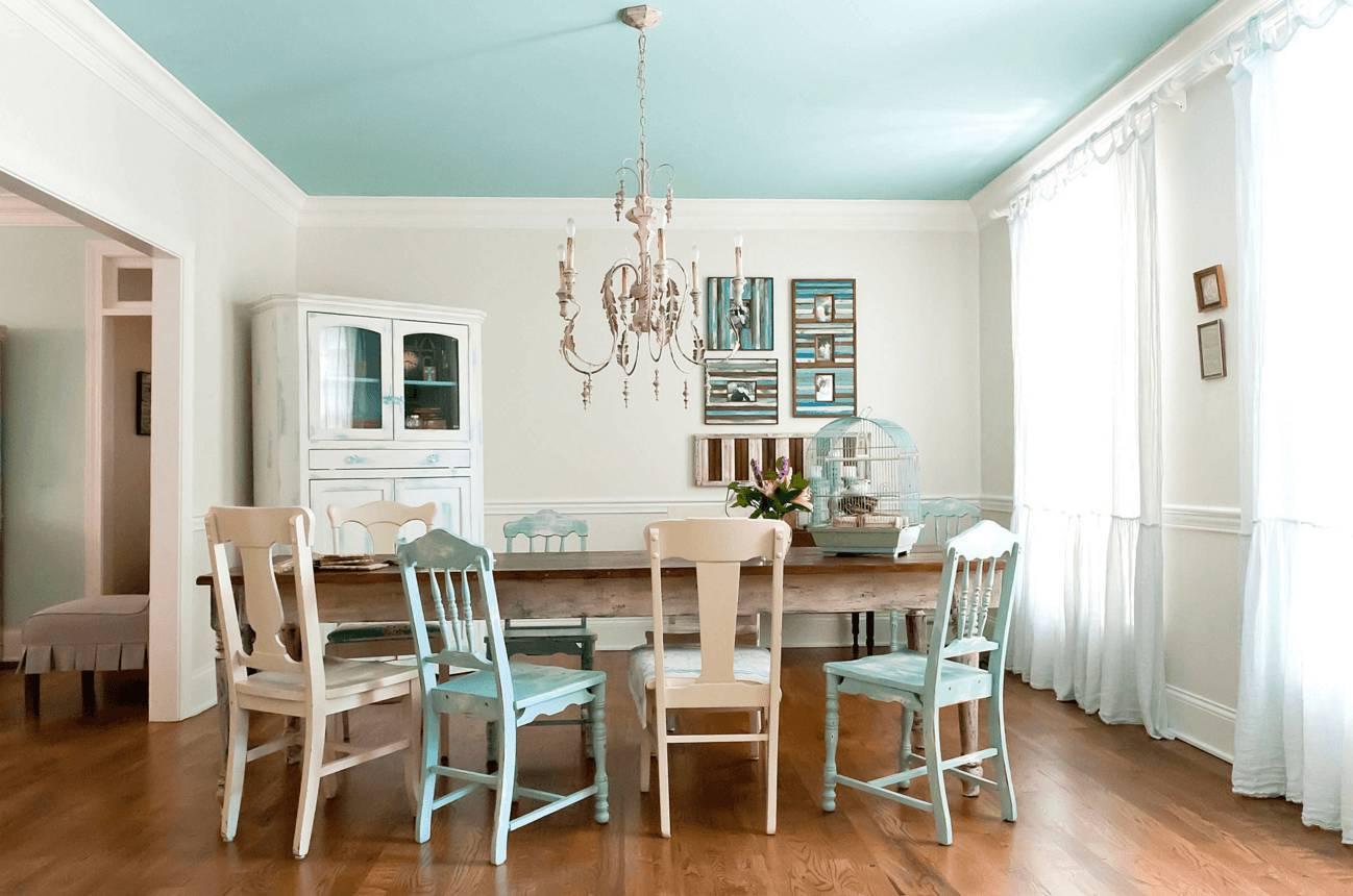 Голубой потолок в столовой