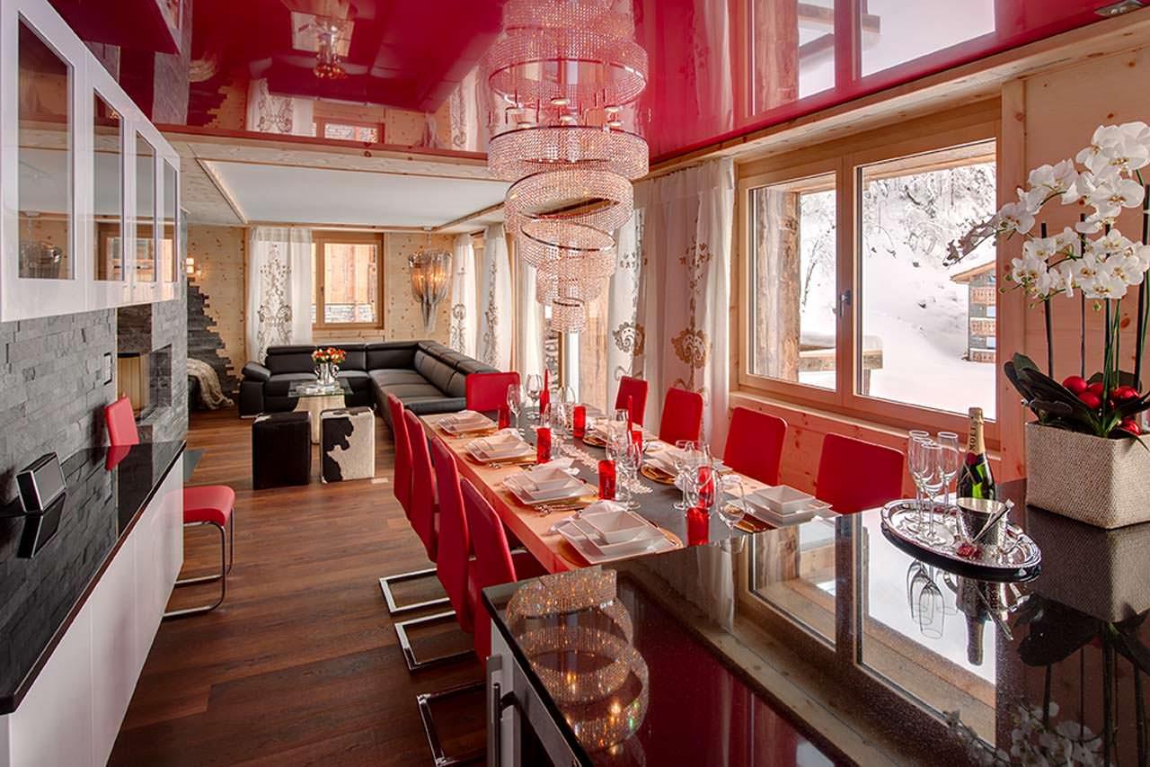 Красный потолок в столовой