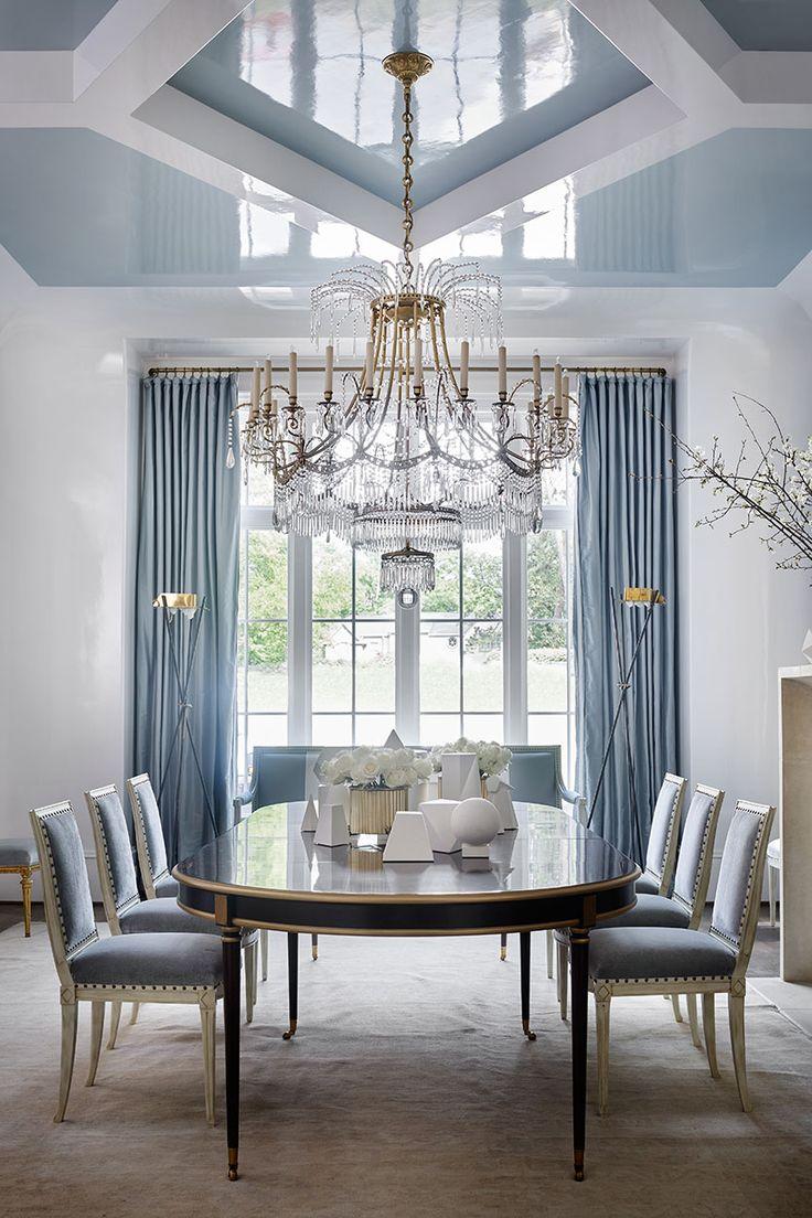 Голубой потолок в гостиной-столовой
