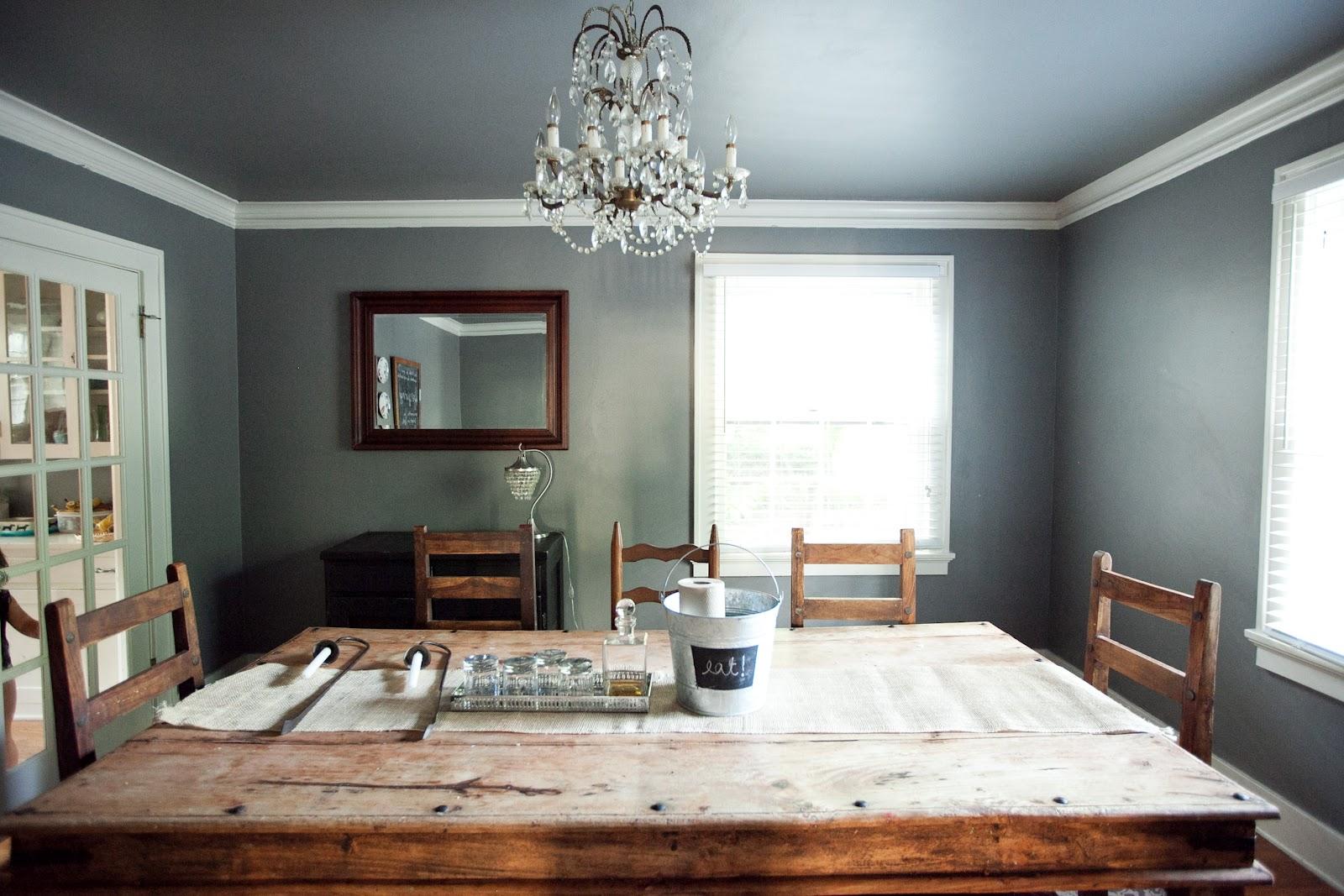 Серый потолок в столовой