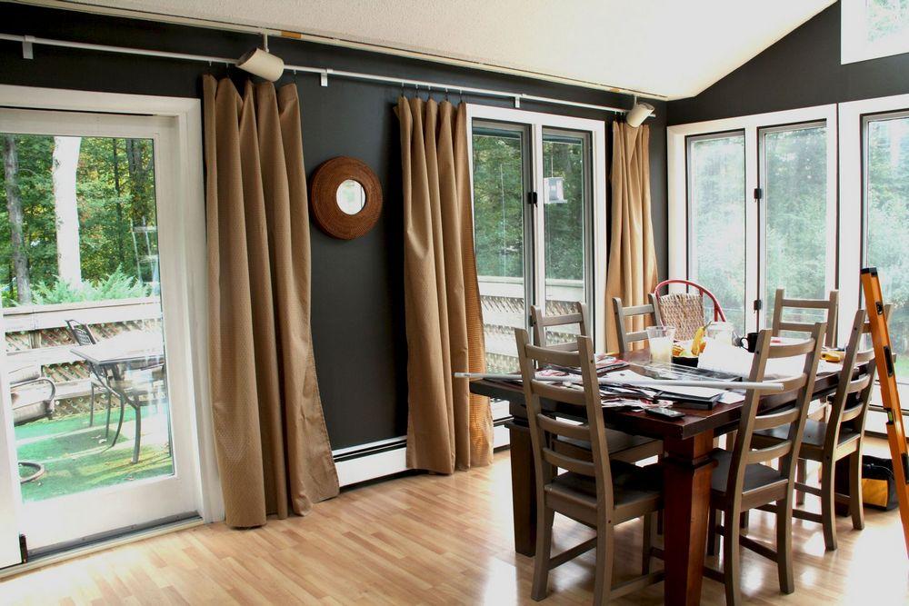 Коричневые шторы на кухне-столовой