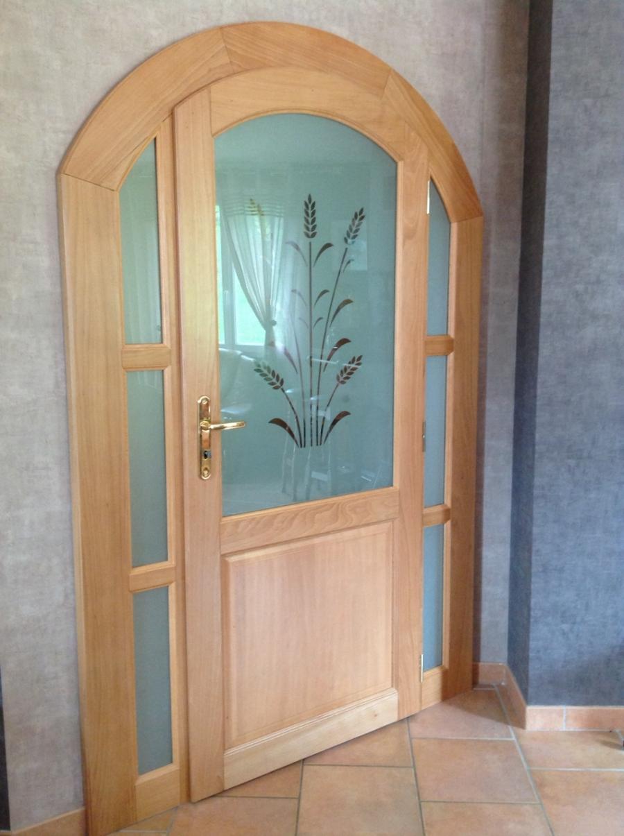 Входная светлая дверь МДФ