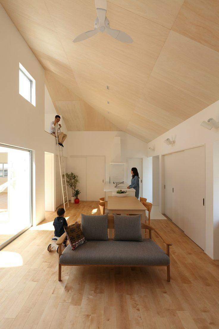 Потолок из светлой фанеры