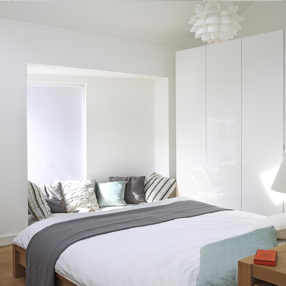 Глянцевая светлая спальня