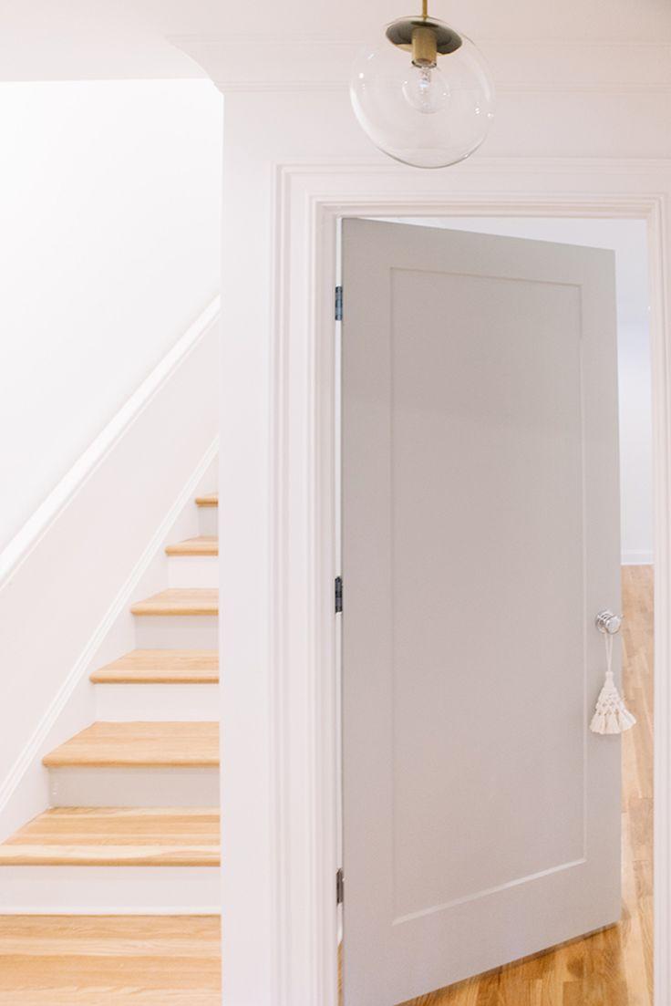 Светло-серая дверь