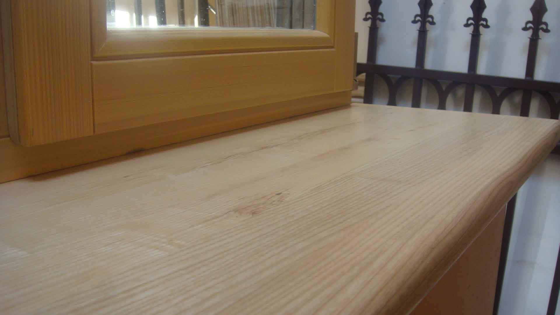 Светлый деревянный подоконник