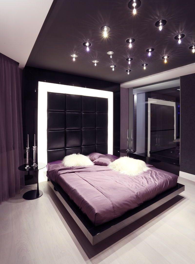 Натяжной потолок с точечными светильниками в спальне
