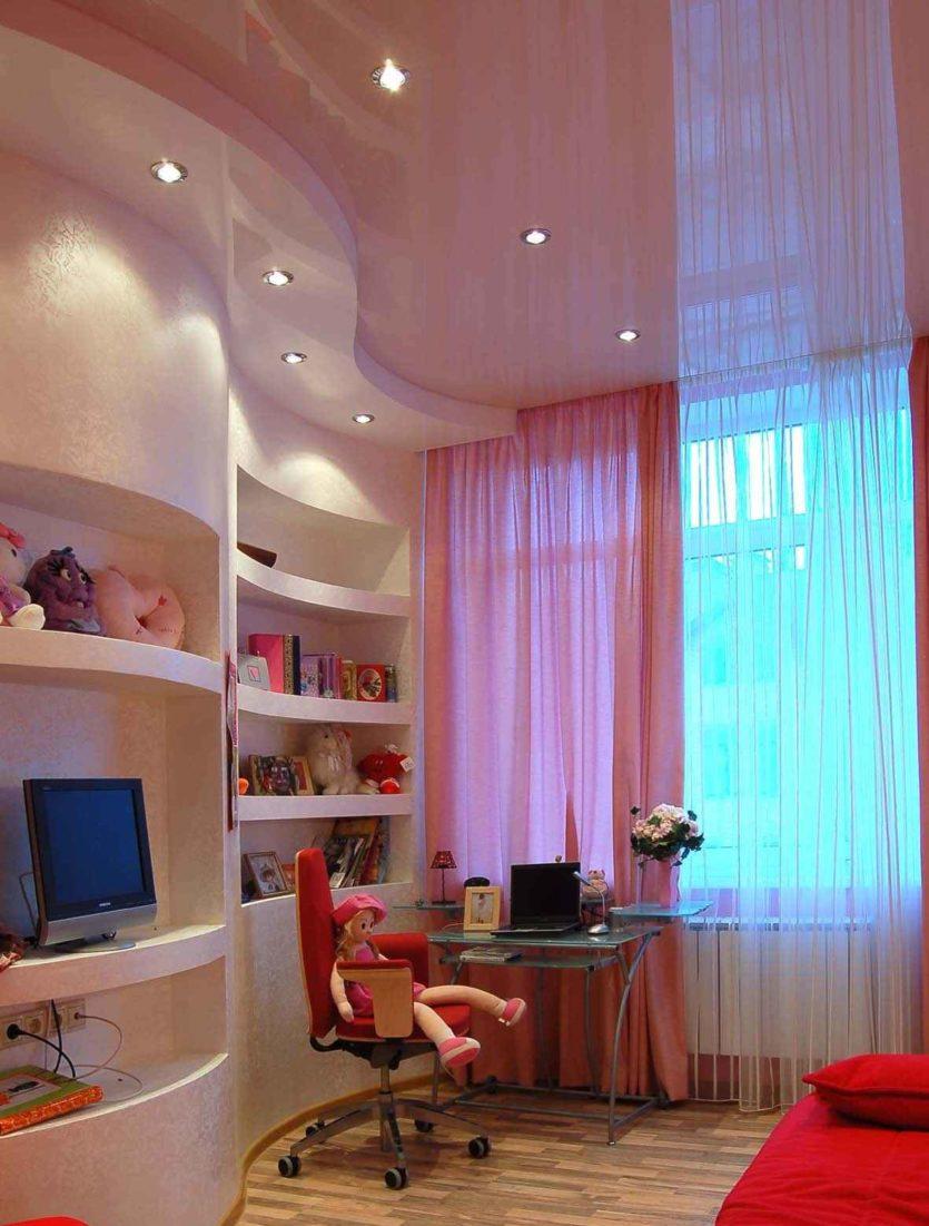 Точечные светильники на потолке в детской для девочки