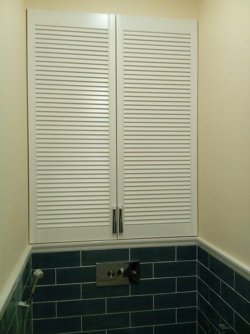 Шкафчик с жалюзийными дверками в туалете