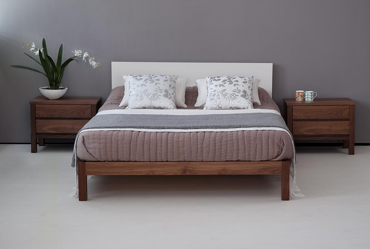 Кровать из массива ореха с тумбами