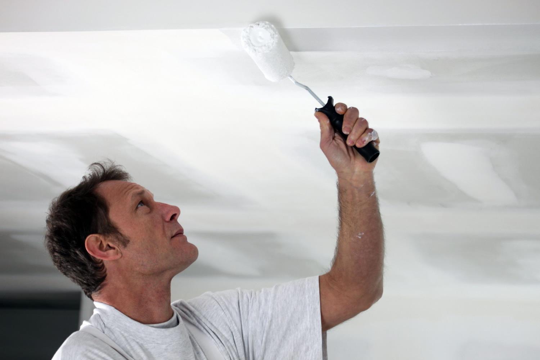 Устранение мелких трещин на потолке