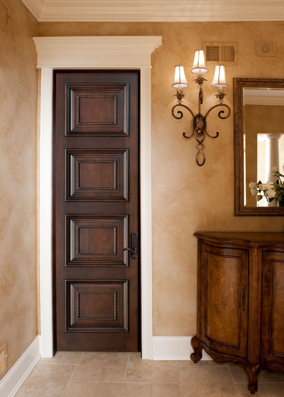 Коричневая узкая дверь