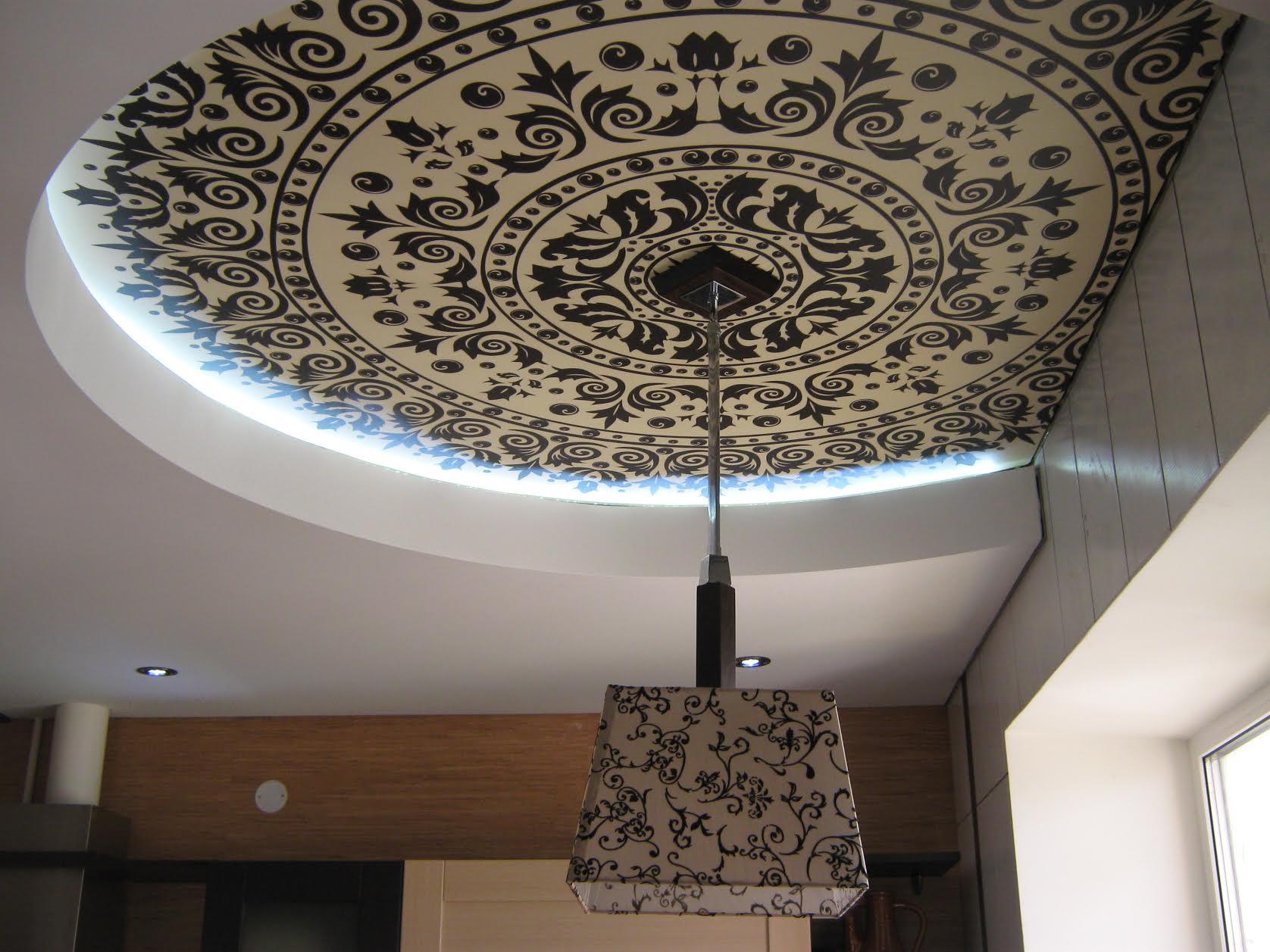 Узорчатый резной натяжной потолок