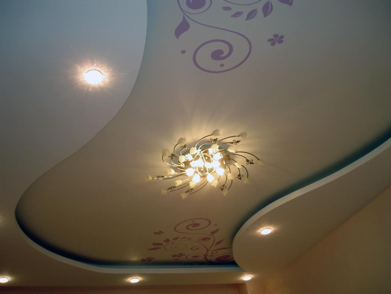 Гипсовый потолок с узором