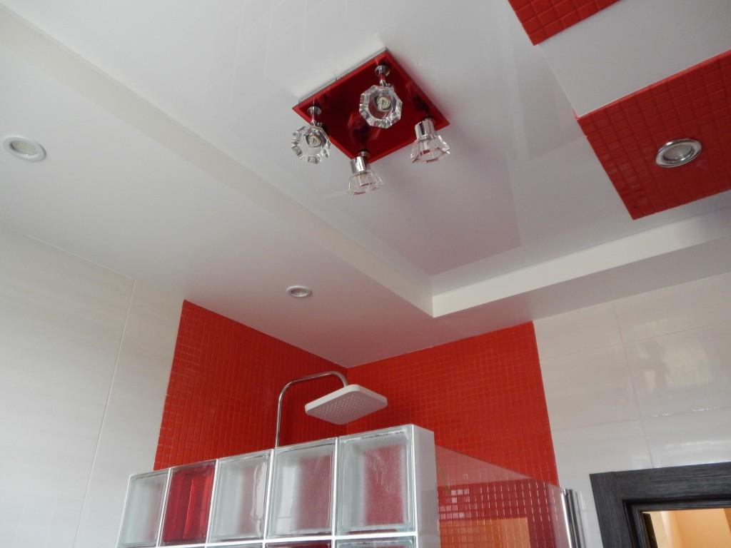 Фигурный потолок в ванной