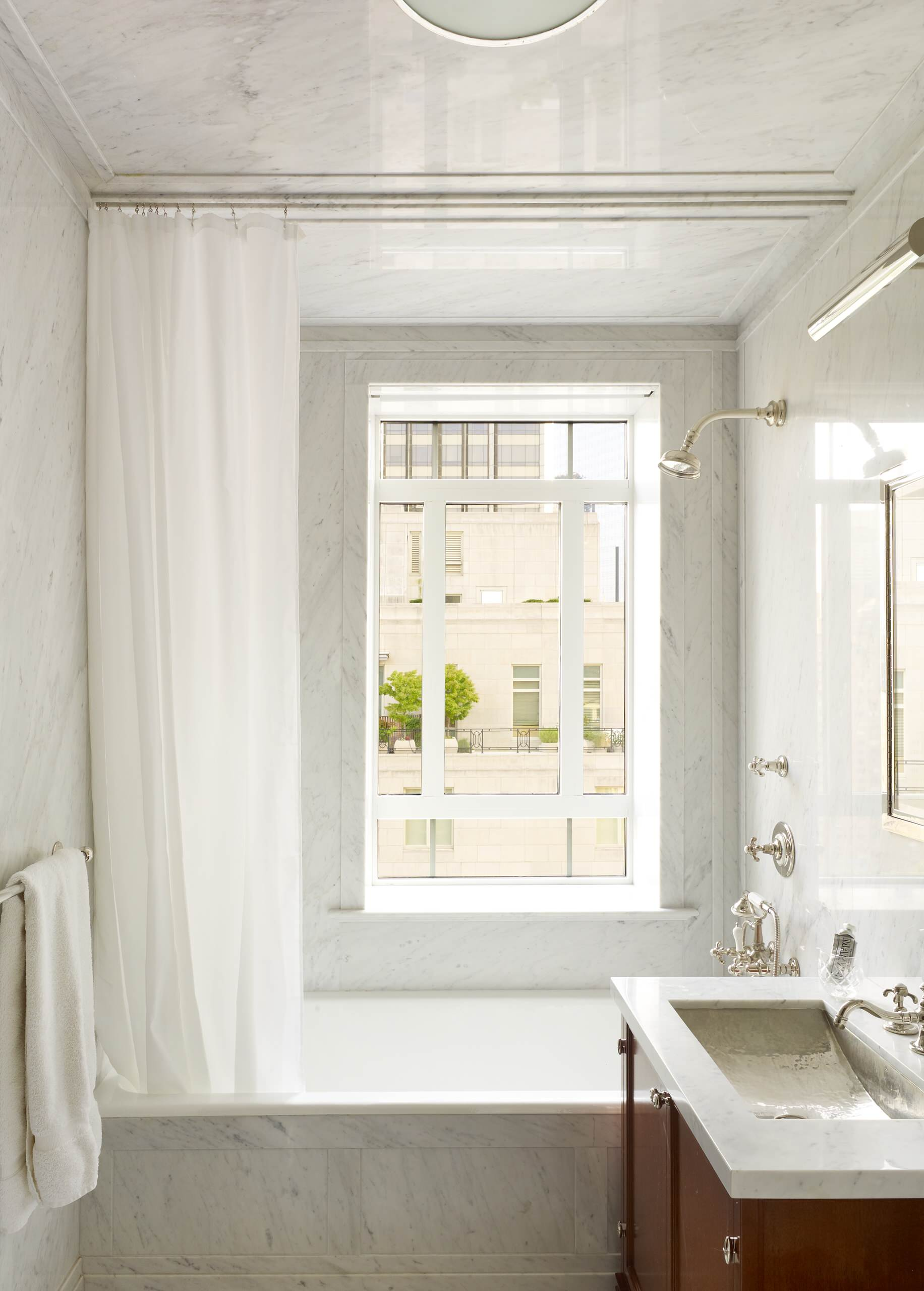 Окно без штор в ванной