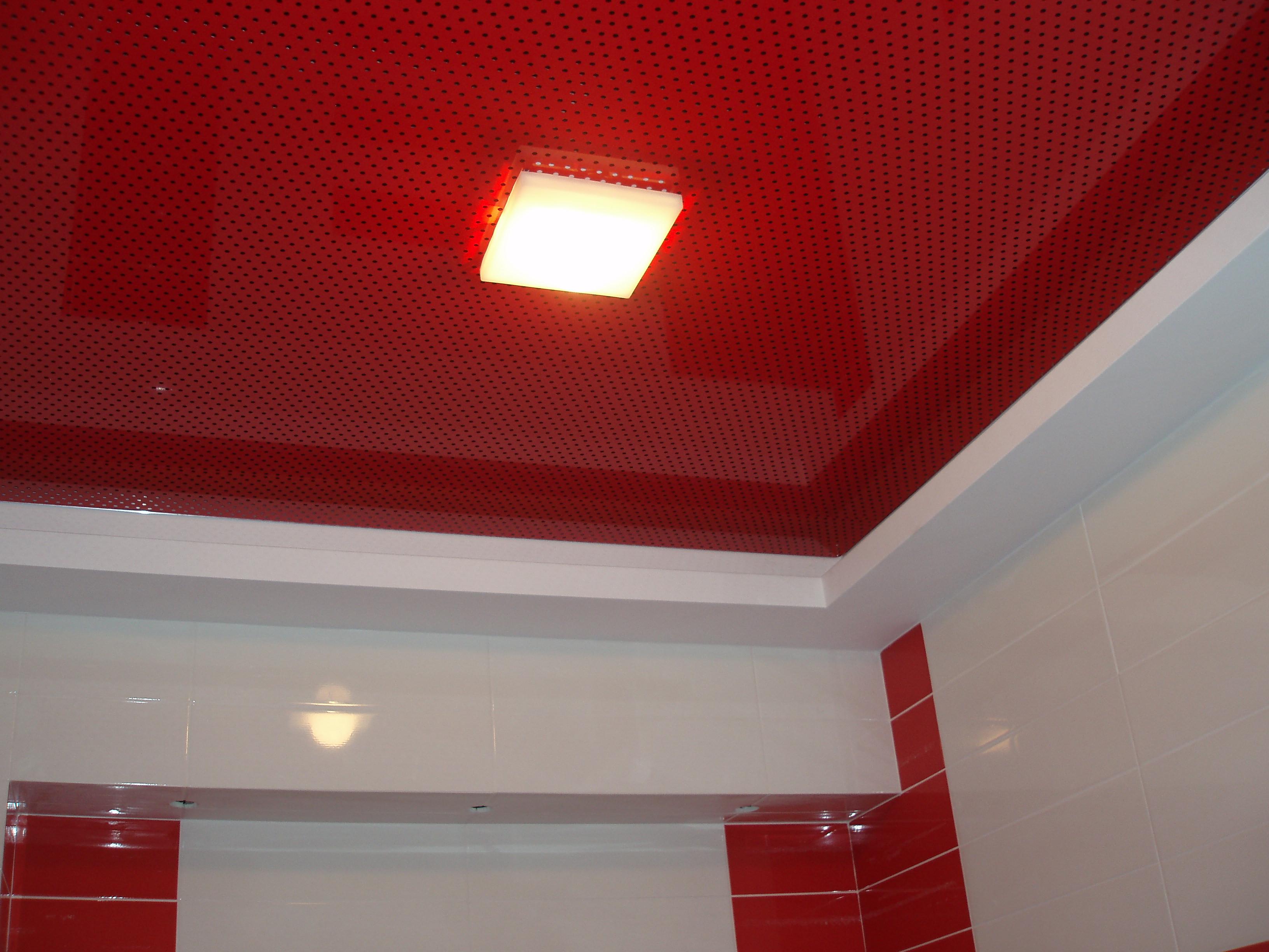 Резной натяжной потолок в ванной