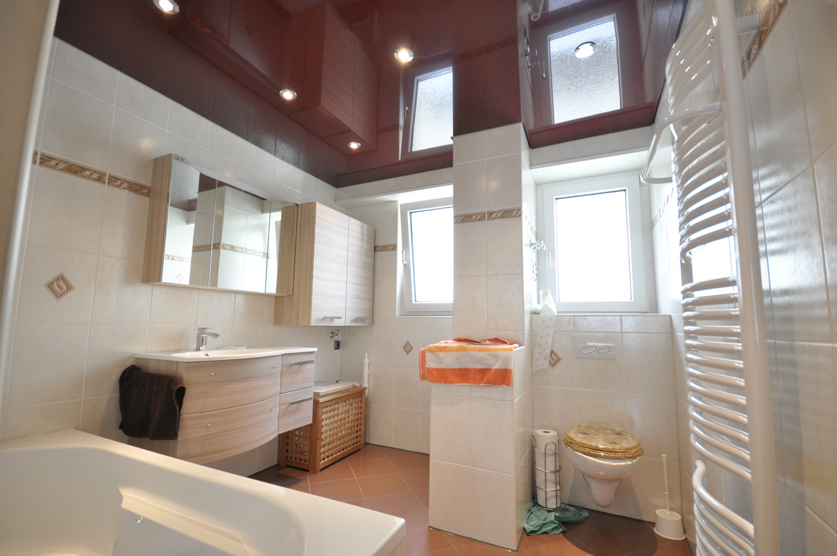 Коричневый потолок в ванной