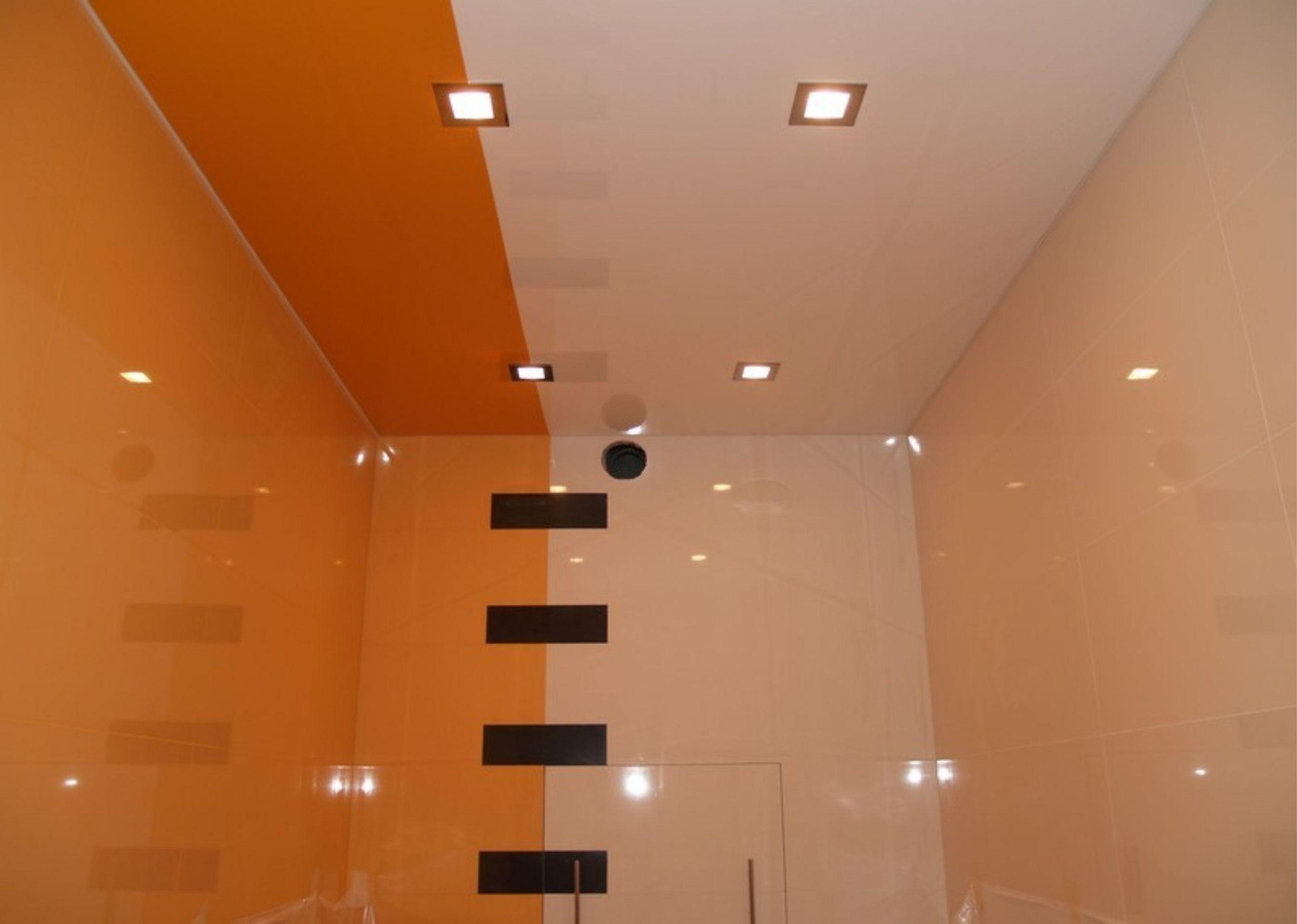 Двухцветный потолок в ванной