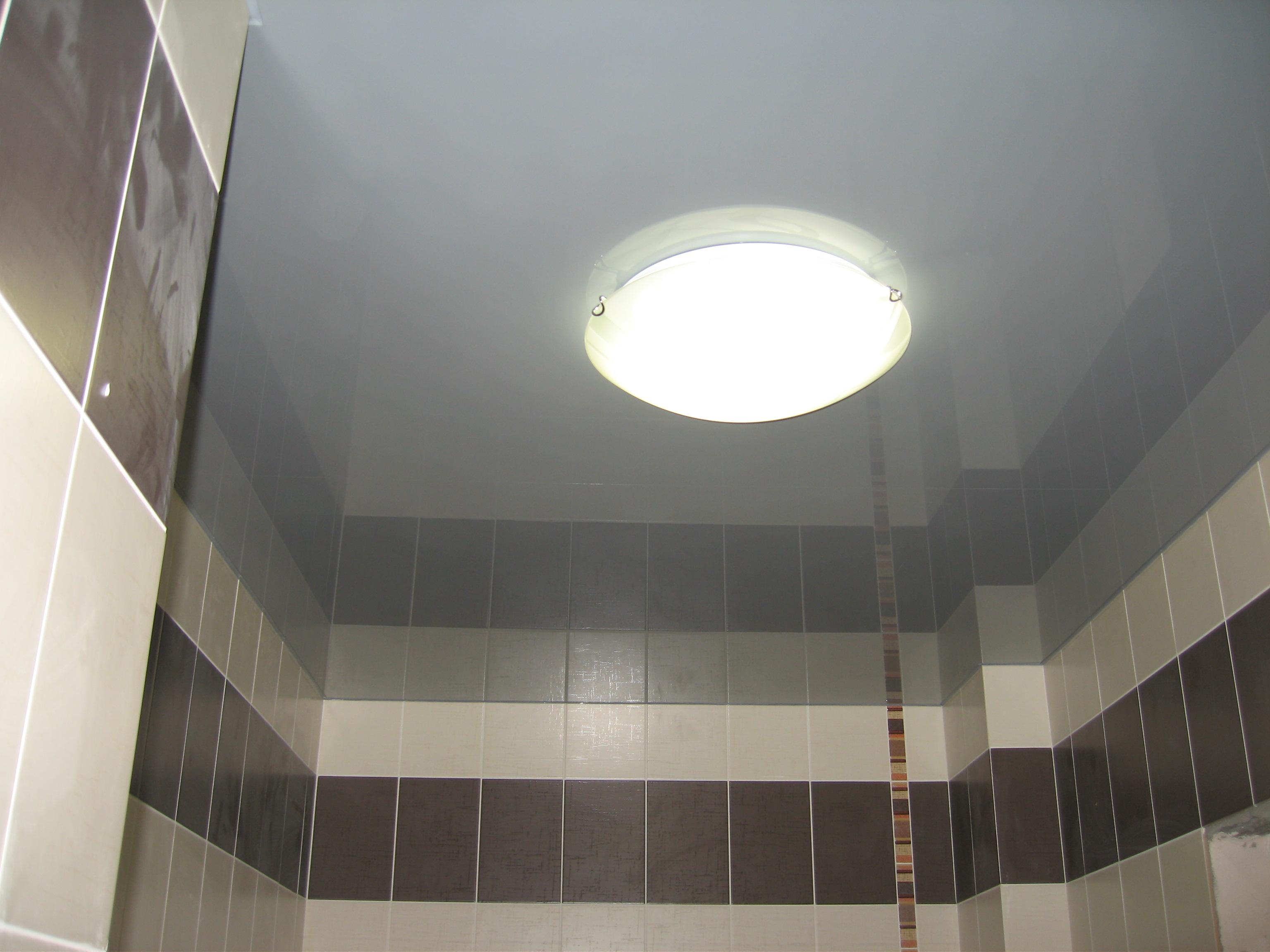 Серый натяжной потолок в ванной