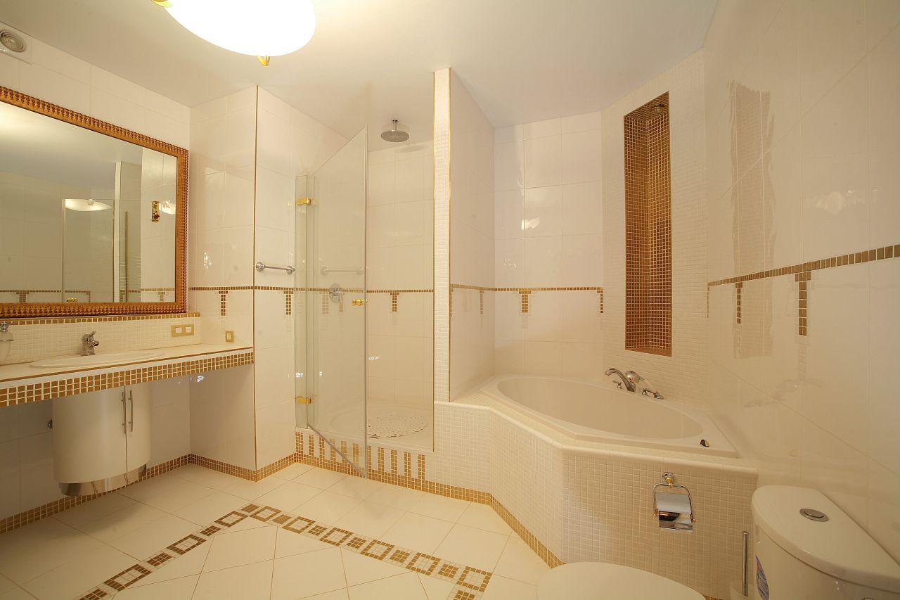 Сатиновый потолок в ванной