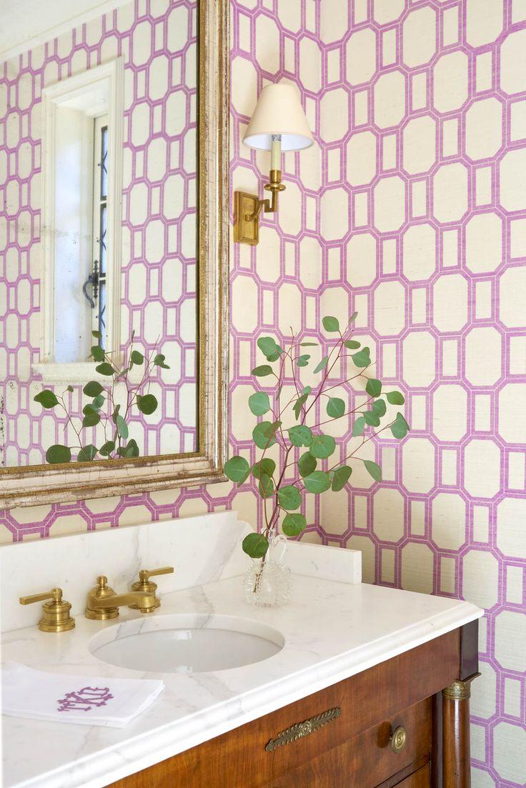 Фиолетовые обои в ванне