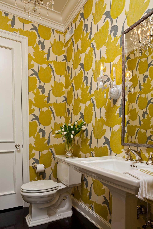 Желтые обои в ванной