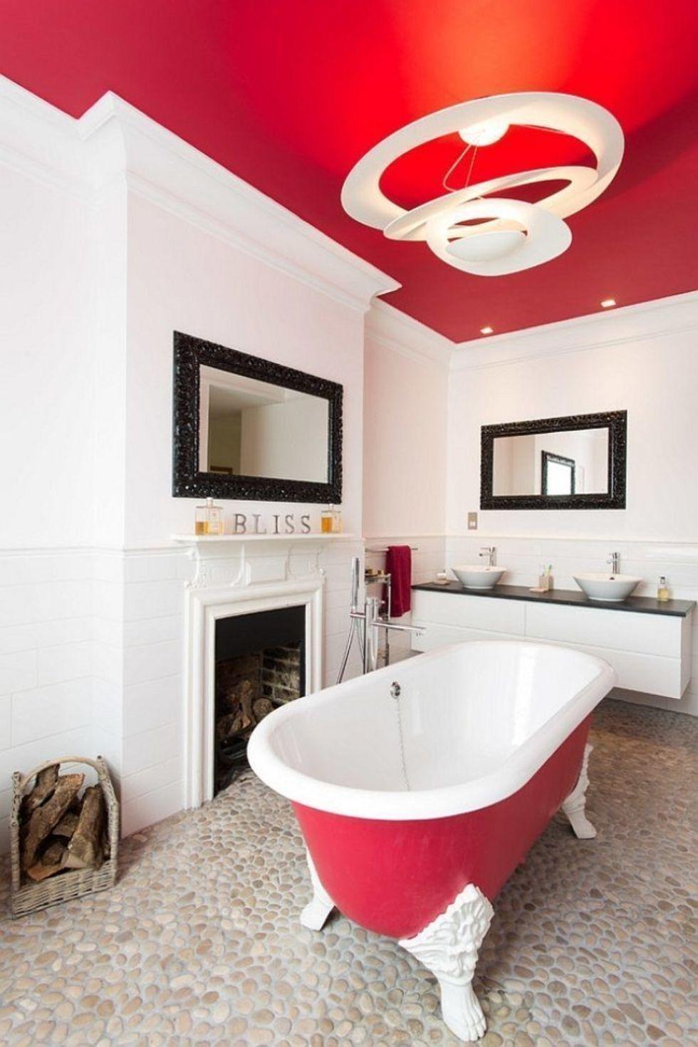 Красный потолок в интерьере ванной