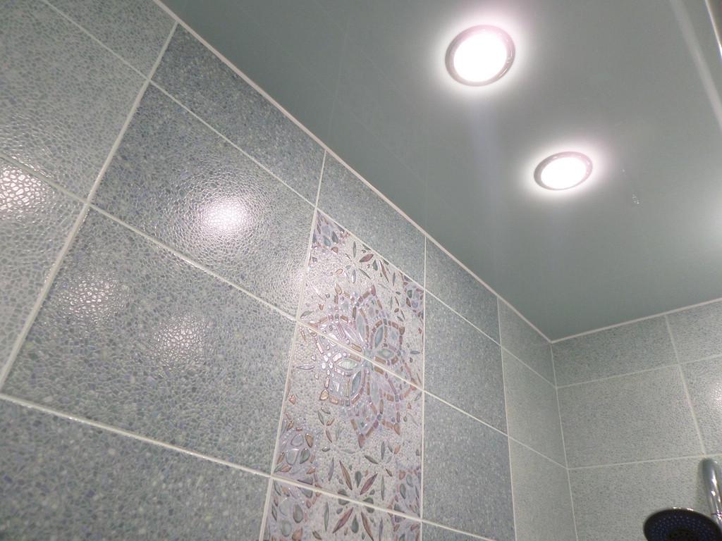 Серый натяжной потолок в интерьере ванной комнаты