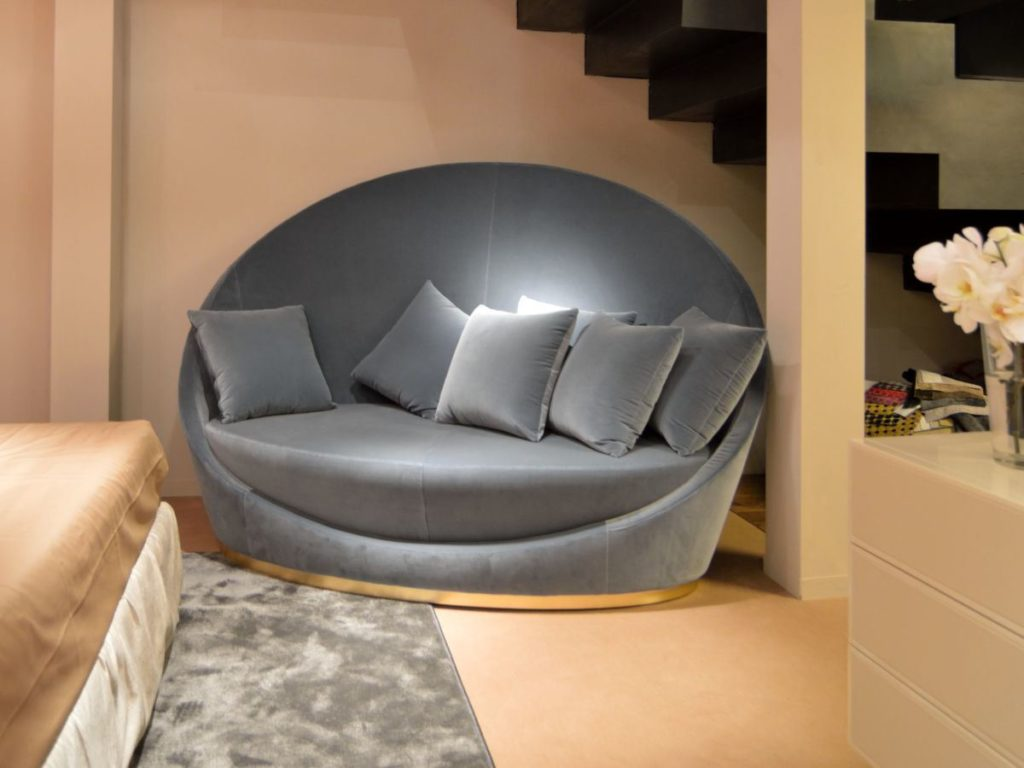 Круглый велюровый диван