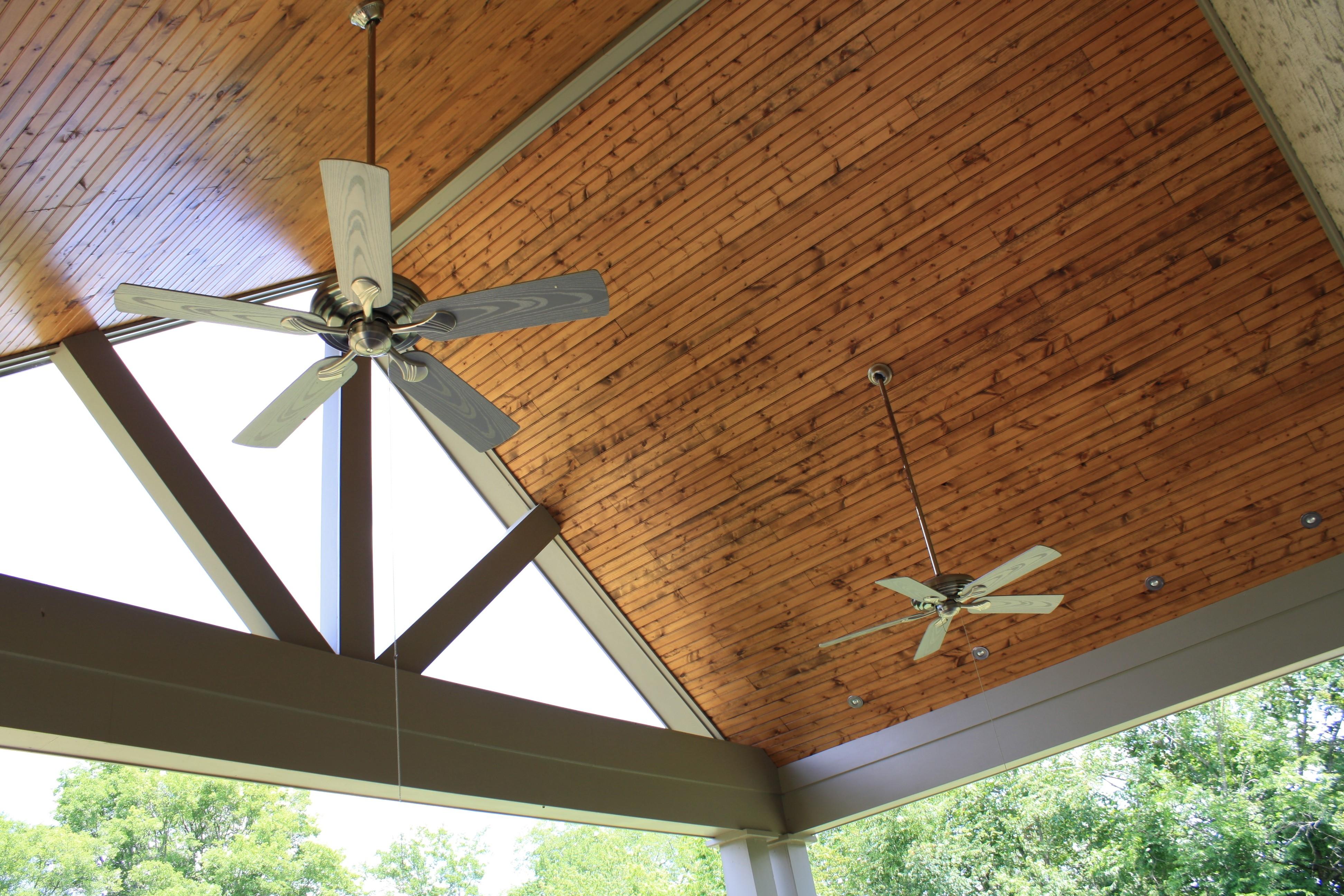 Потолок из досок на веранде