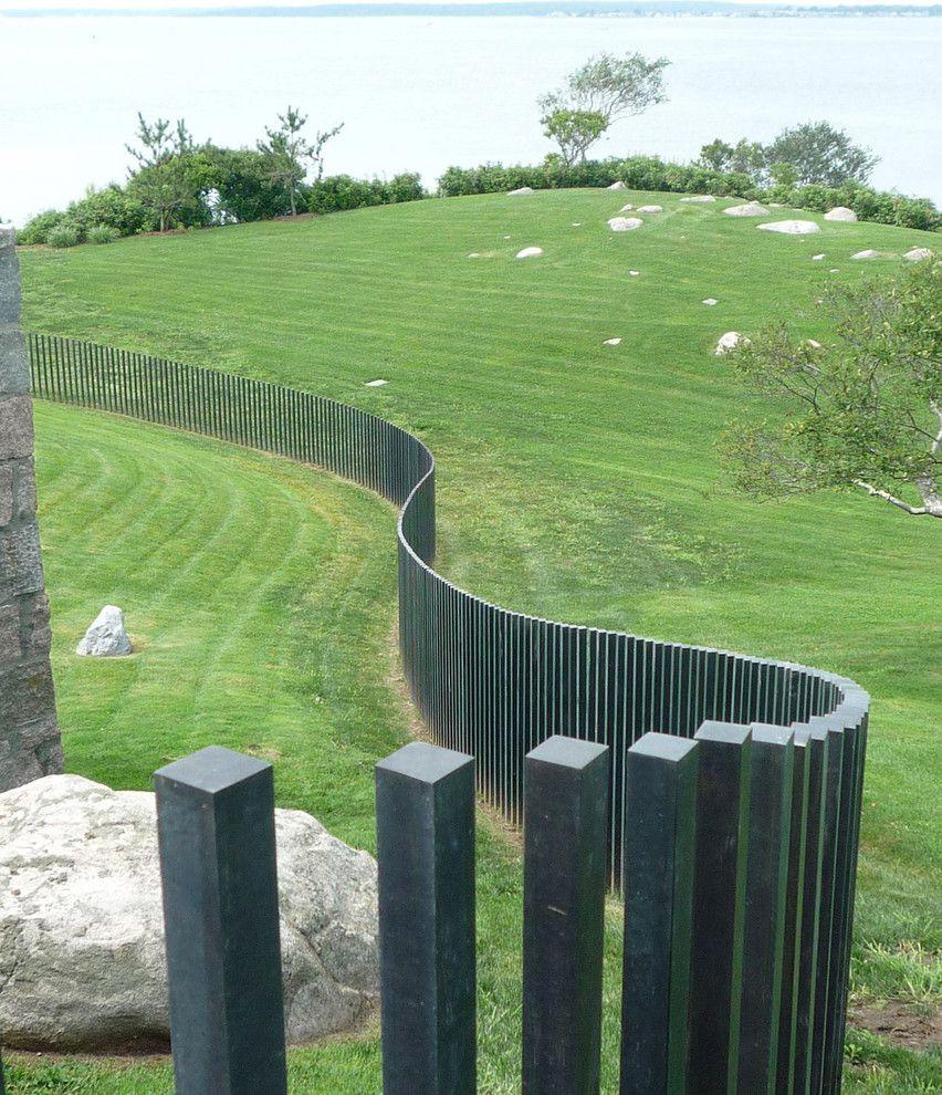 Забор из вертикального штакетника