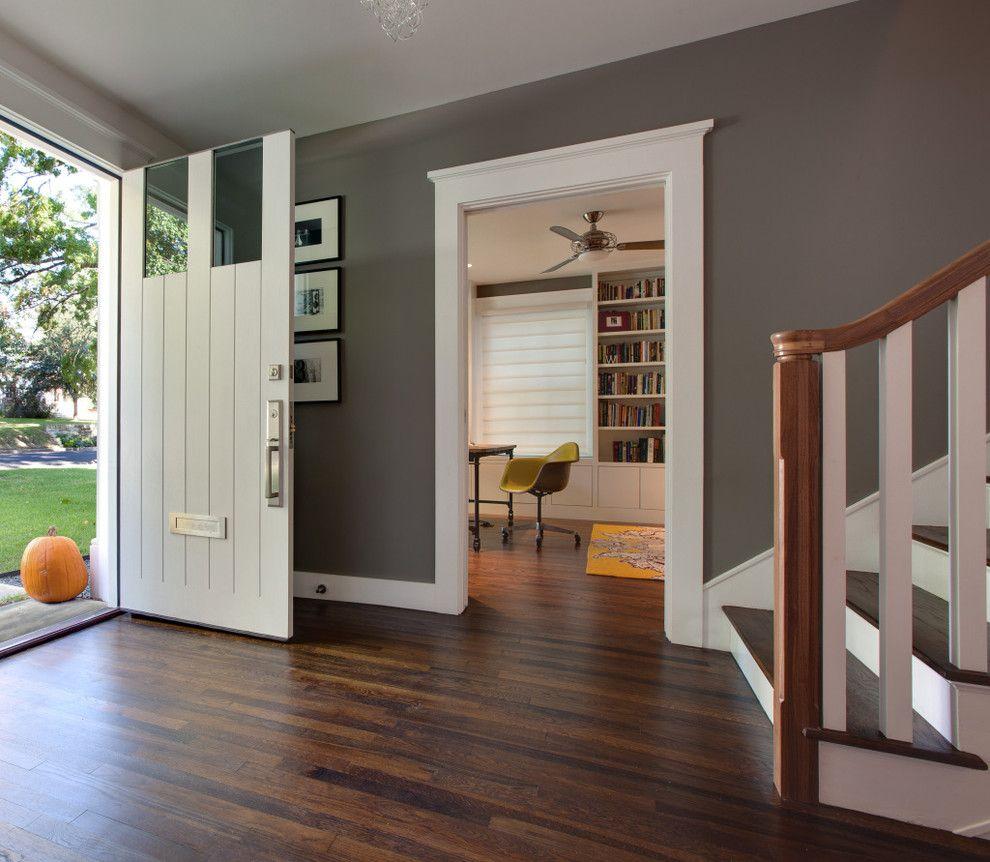 Светлая входная дверь в интерьере