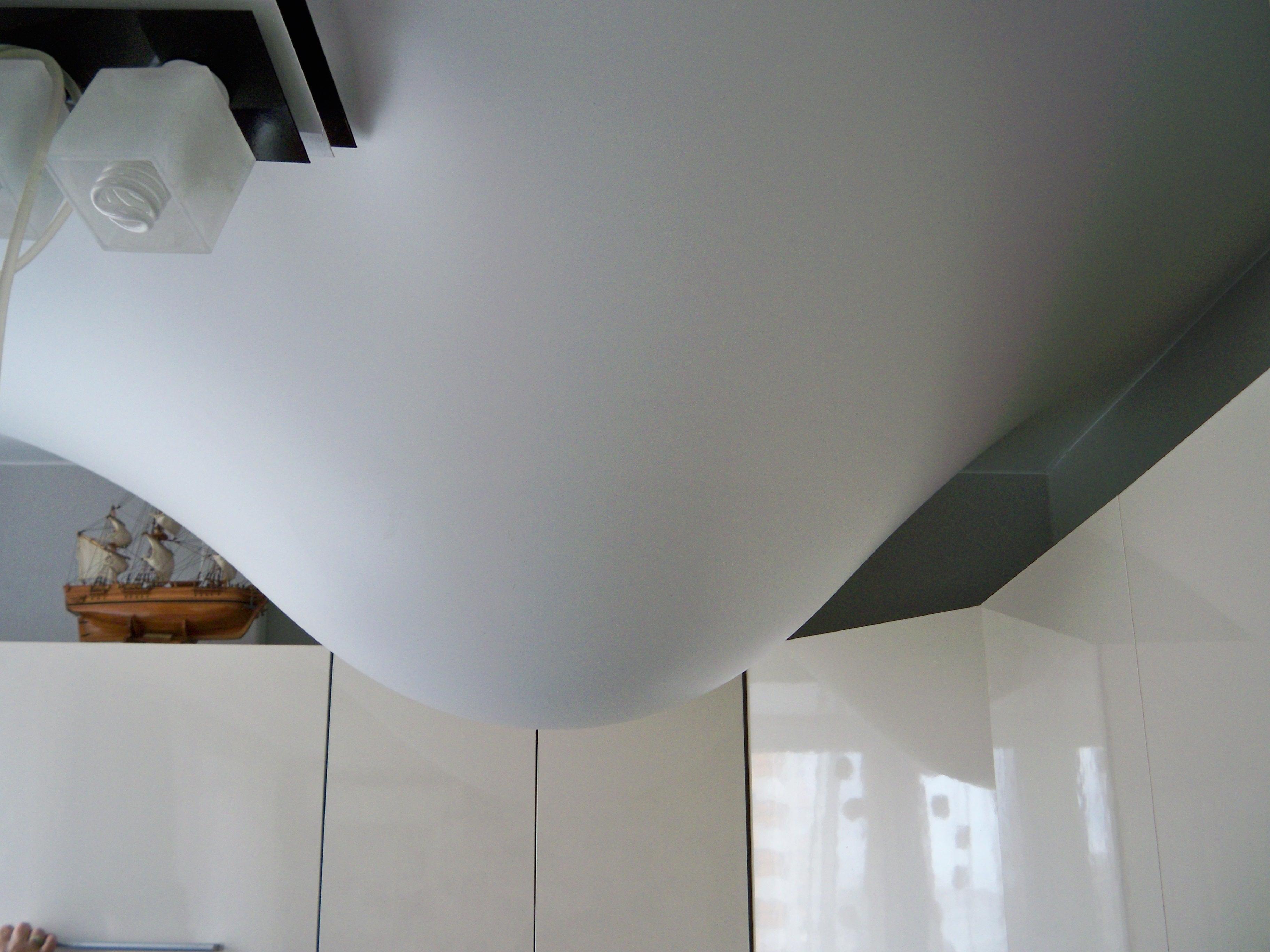 Слив воды с винилового потолка