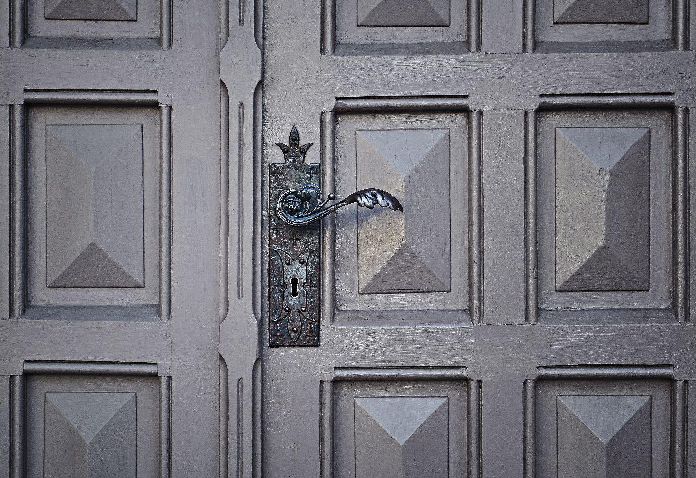 Серая винтажная дверь