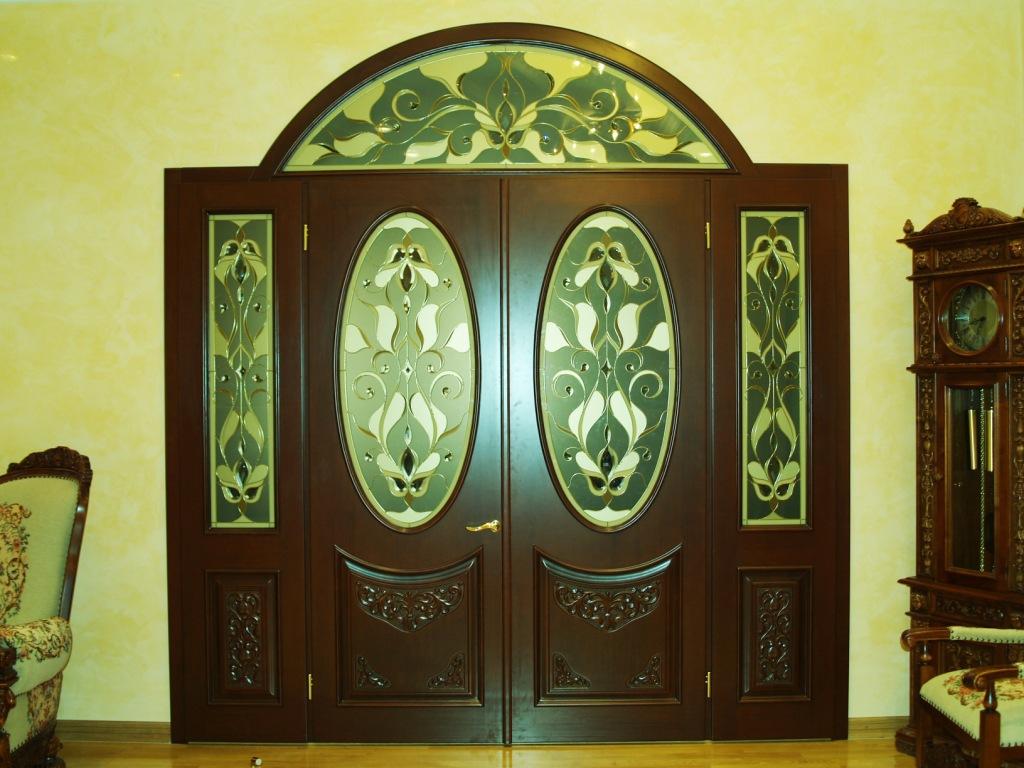 Арочная витражная дверь
