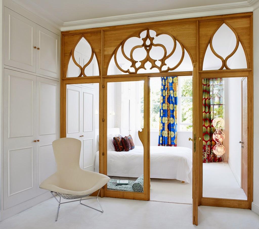 Светлая дверь в восточном стиле в интерьере