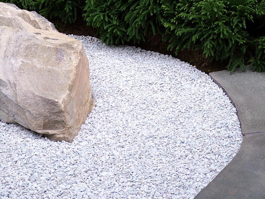 Дорожка из гравия в японском саду