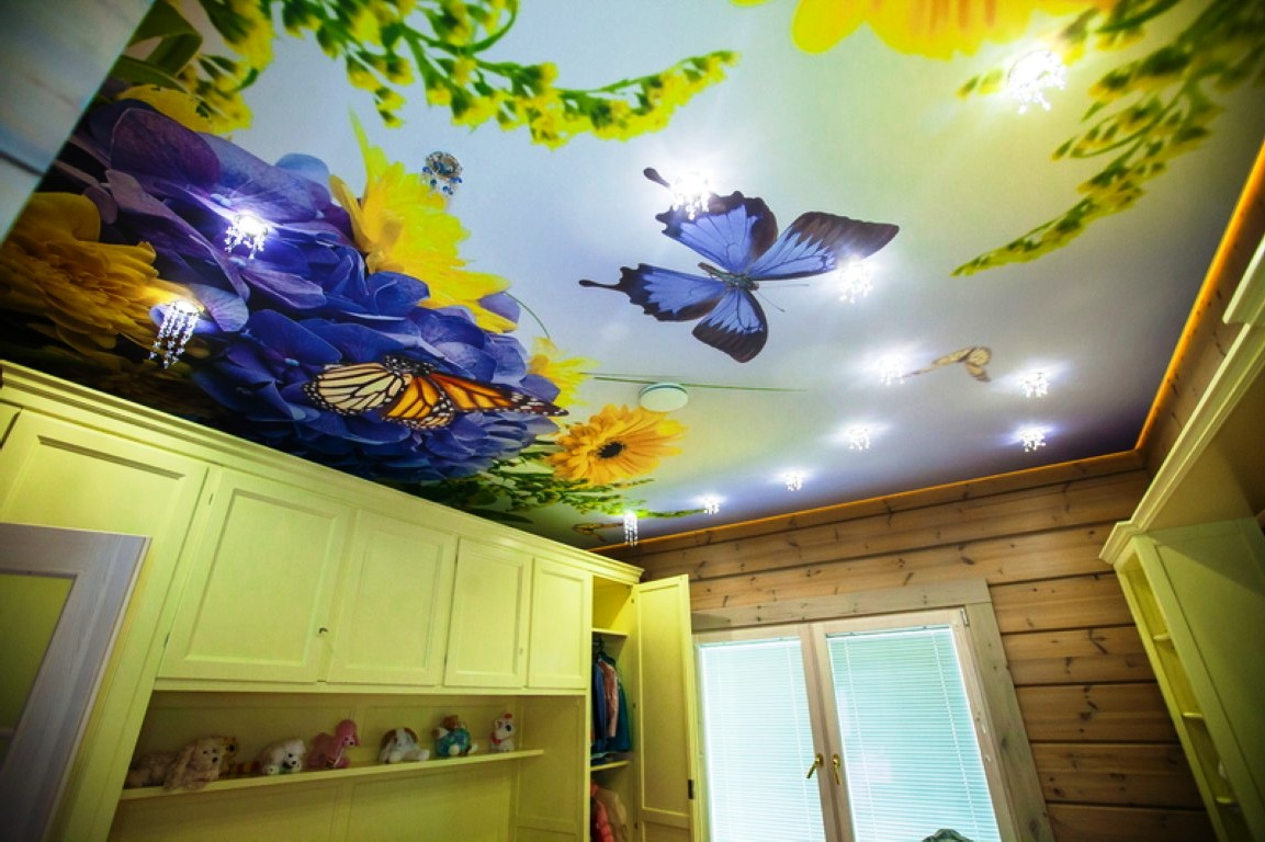 Яркий потолок в детской для девочки