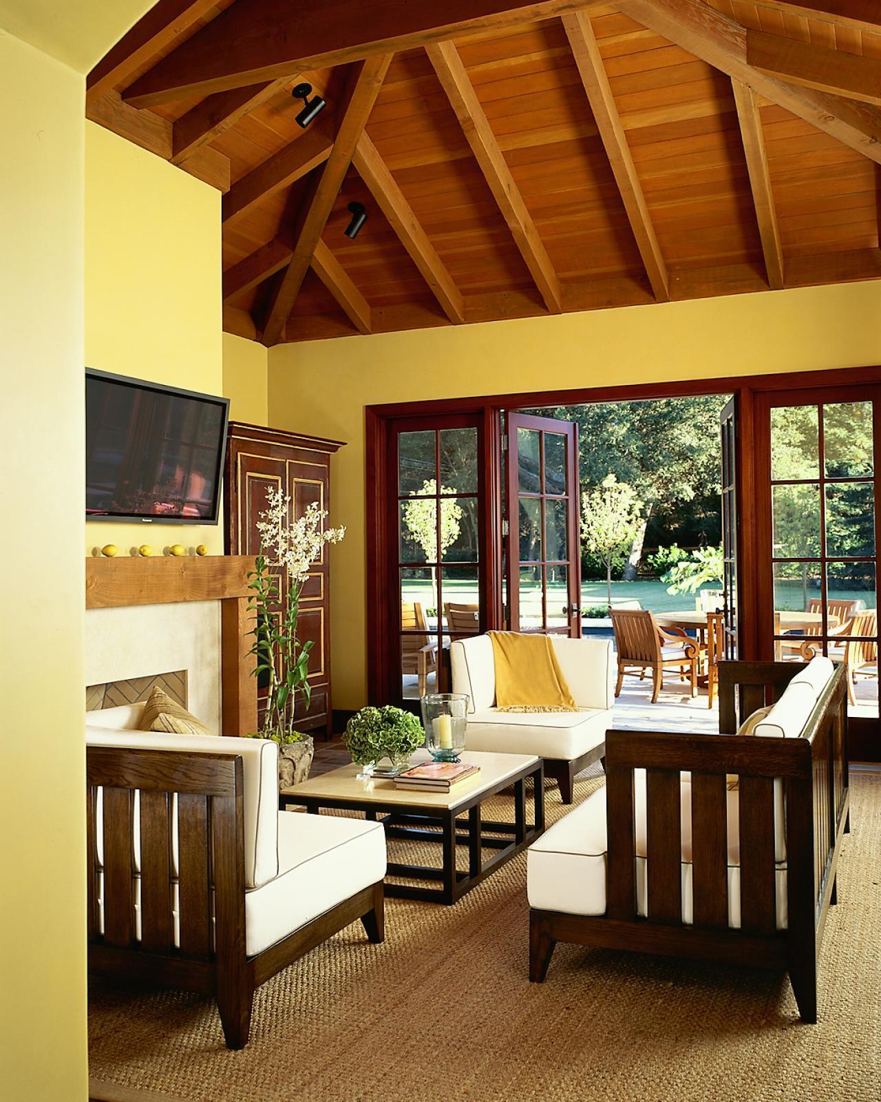 Коричневый потолок в загородном доме