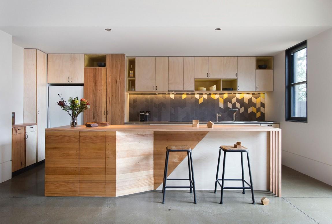 Барный стол в интерьере кухни загородного дома