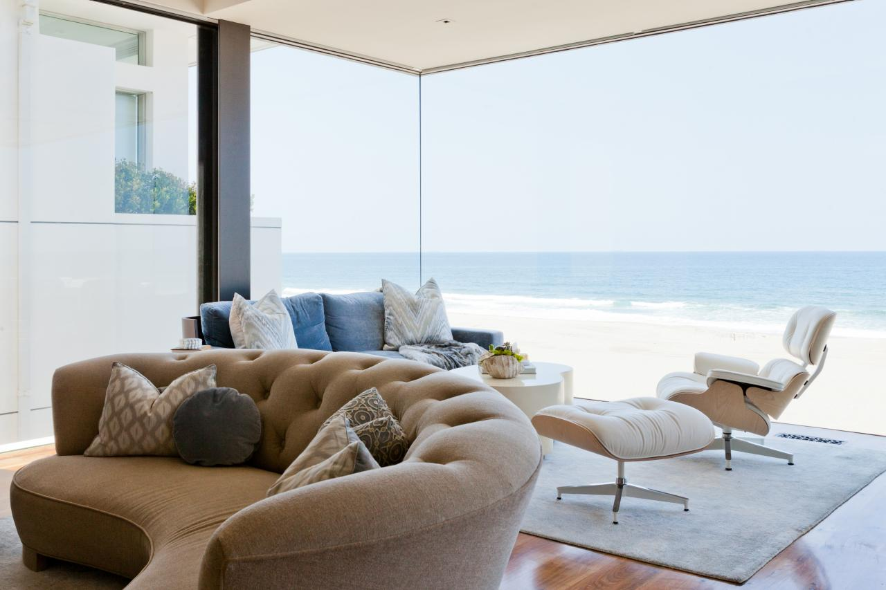 Круглый диван в загородном доме