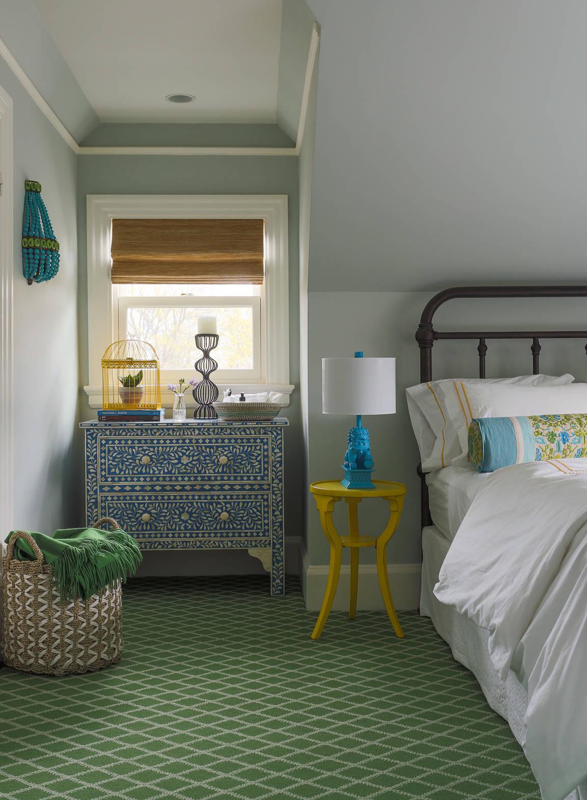 Зеленый ковер в спальню