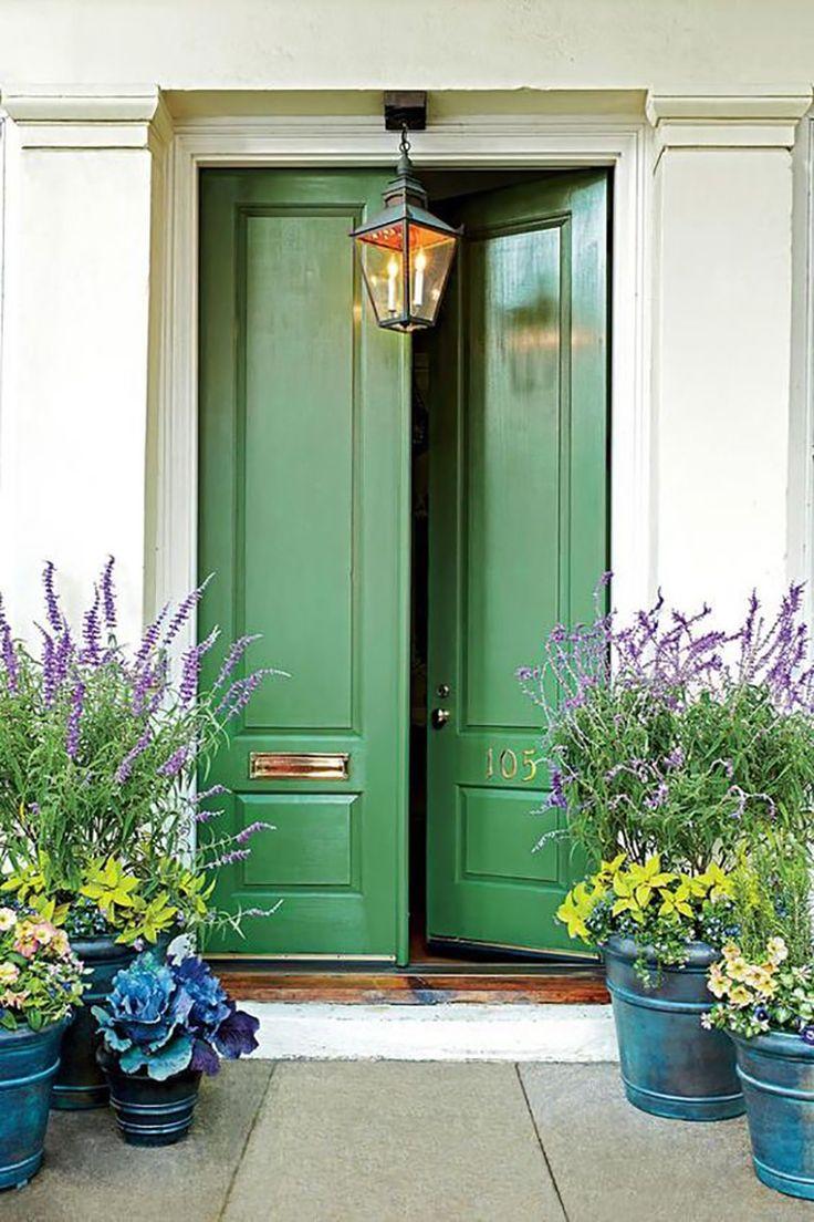 Светло-зеленая дверь в интерьере