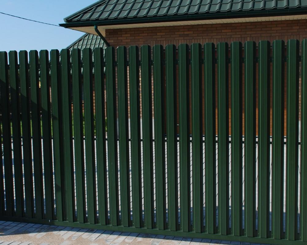 Забор из зеленого штакетника