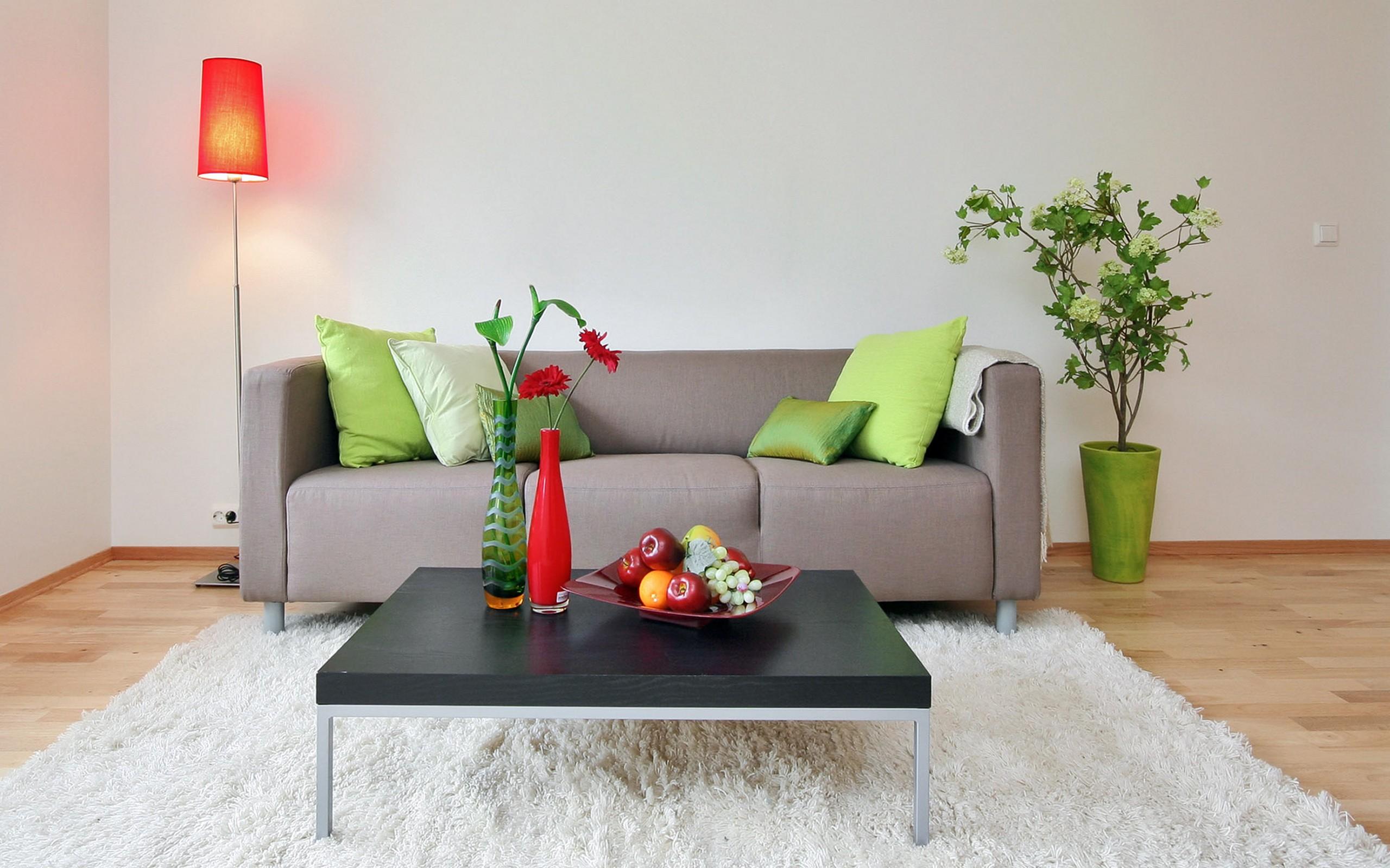 Серый диван с зелеными подушками