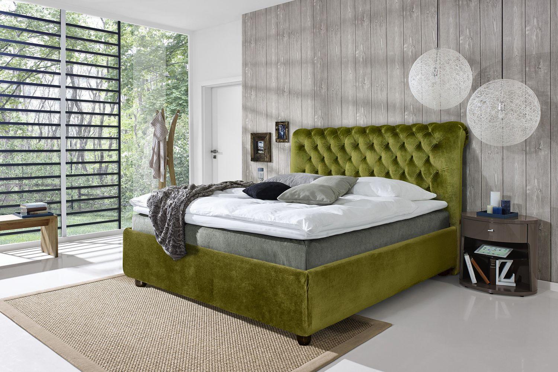 Зеленая кровать для дачи